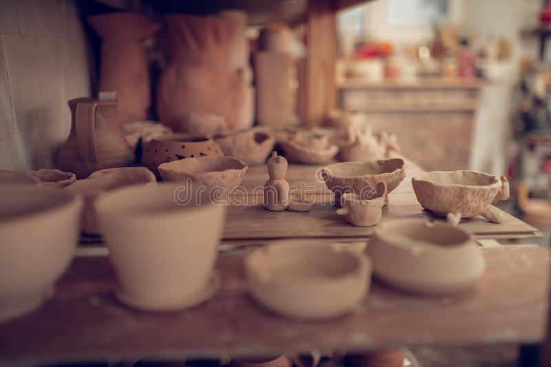 Ciérrese para arriba de un estante con los platos de la arcilla fotografía de archivo libre de regalías