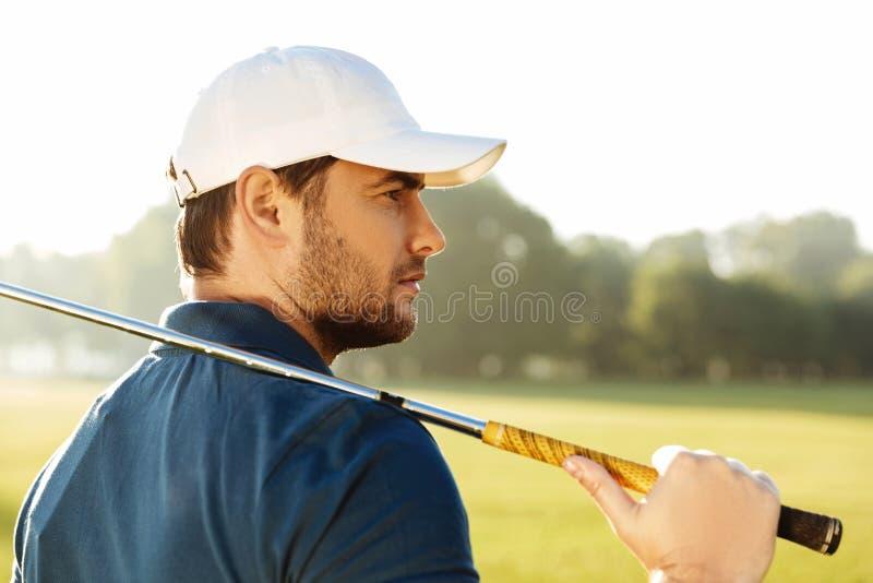 Ciérrese para arriba de un golfista de sexo masculino hermoso joven en sombrero imágenes de archivo libres de regalías