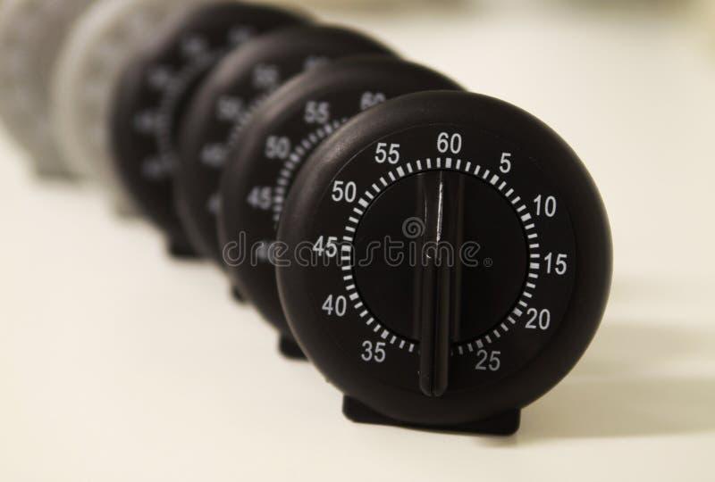 Ciérrese para arriba de un grupo de relojes análogos de la parada foto de archivo libre de regalías