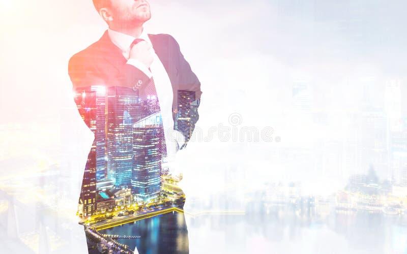 Ciérrese para arriba de un hombre de negocios en un traje que ajusta su corbata foto de archivo