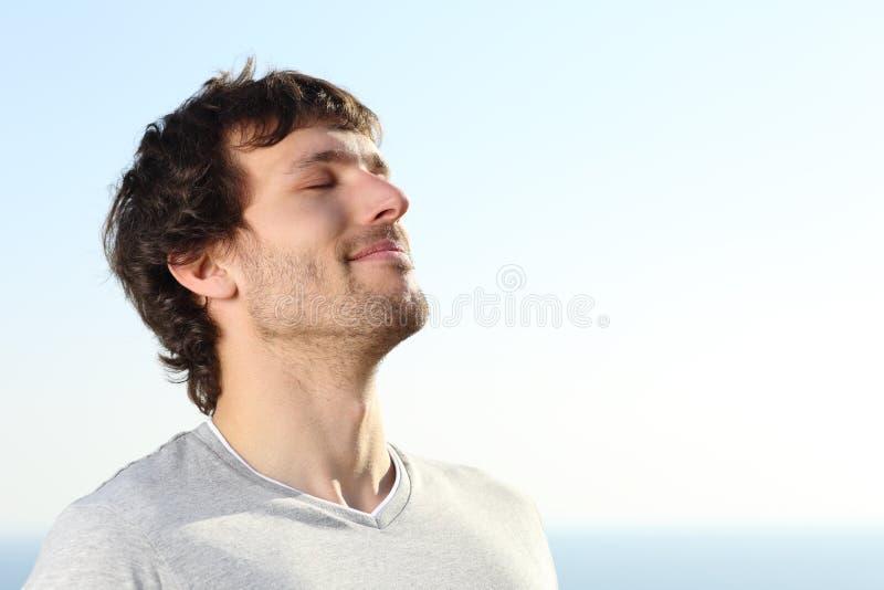 Ciérrese para arriba de un hombre que hace los ejercicios de la respiración al aire libre fotografía de archivo libre de regalías