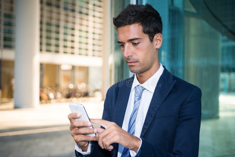 Ciérrese para arriba de un hombre que usa su smartphone imágenes de archivo libres de regalías