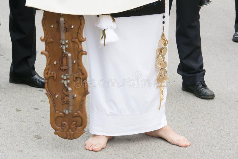 Ciérrese para arriba de un hombre que viste jugar tradicional ritual del vestido tradicional foto de archivo