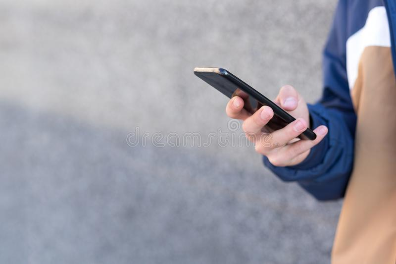 Ciérrese para arriba de un hombre usando su teléfono al aire libre fotos de archivo libres de regalías