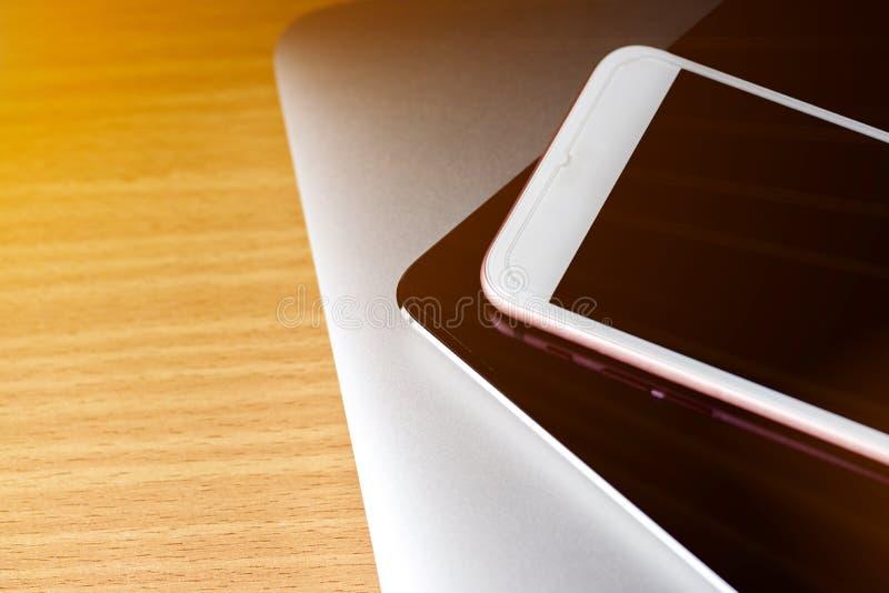Ciérrese para arriba de un ordenador del teclado con el fondo del teléfono y de la tableta fotos de archivo libres de regalías