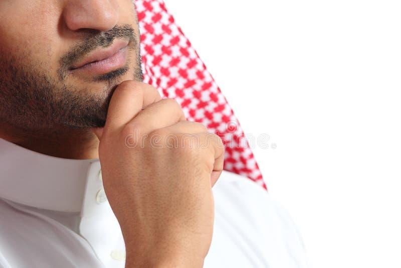 Ciérrese para arriba de un pensamiento del hombre de los emiratos del saudí del árabe fotografía de archivo libre de regalías