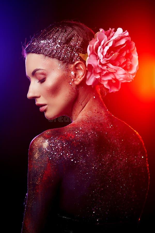 Ciérrese para arriba de un retrato creativo del arte de cuerpo de la belleza de un modelo de moda imágenes de archivo libres de regalías