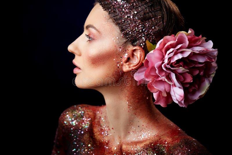 Ciérrese para arriba de un retrato creativo del arte de cuerpo de la belleza de un modelo de moda fotografía de archivo libre de regalías