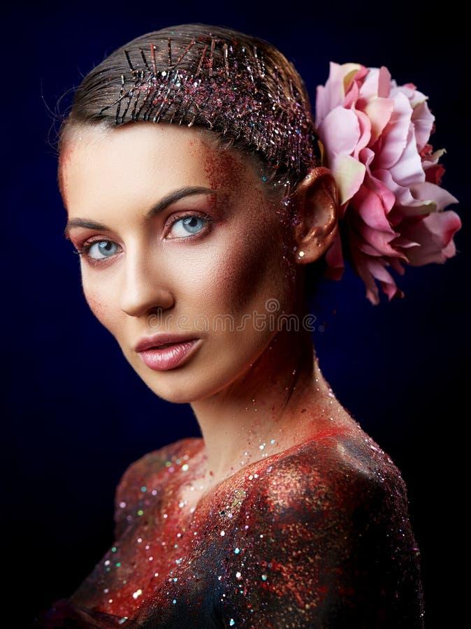 Ciérrese para arriba de un retrato creativo del arte de cuerpo de la belleza de un modelo de moda imagenes de archivo