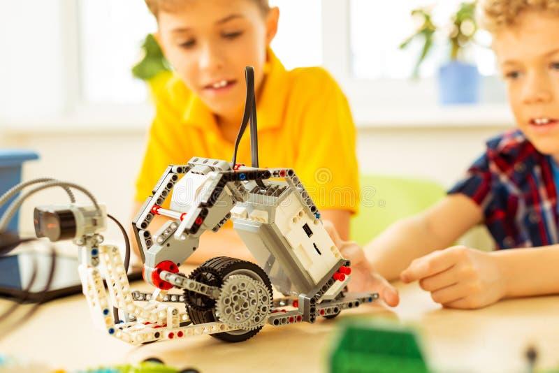 Ciérrese para arriba de un robot que es construido por los niños imágenes de archivo libres de regalías