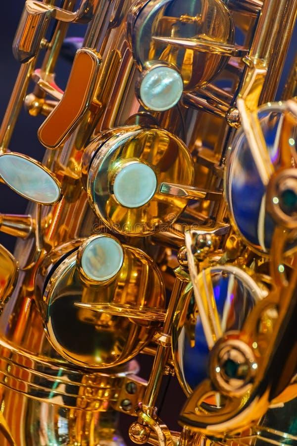 Ciérrese para arriba de un saxofón plateado de oro fotografía de archivo libre de regalías
