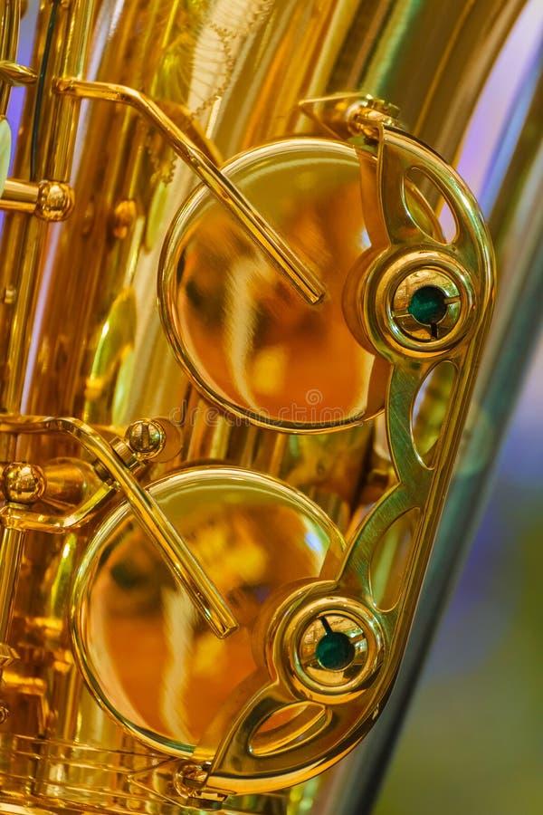 Ciérrese para arriba de un saxofón plateado de oro foto de archivo