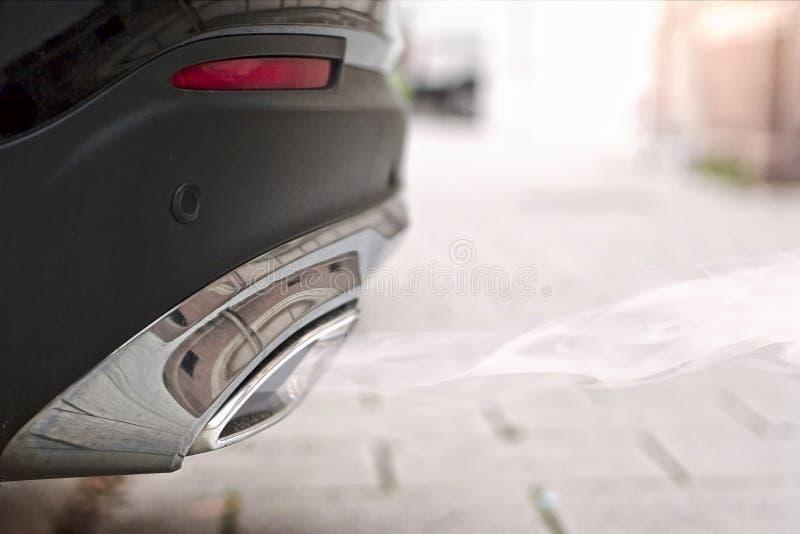 Ci?rrese para arriba de un tubo de escape ahumado de un coche diesel que comienza imagen de archivo libre de regalías