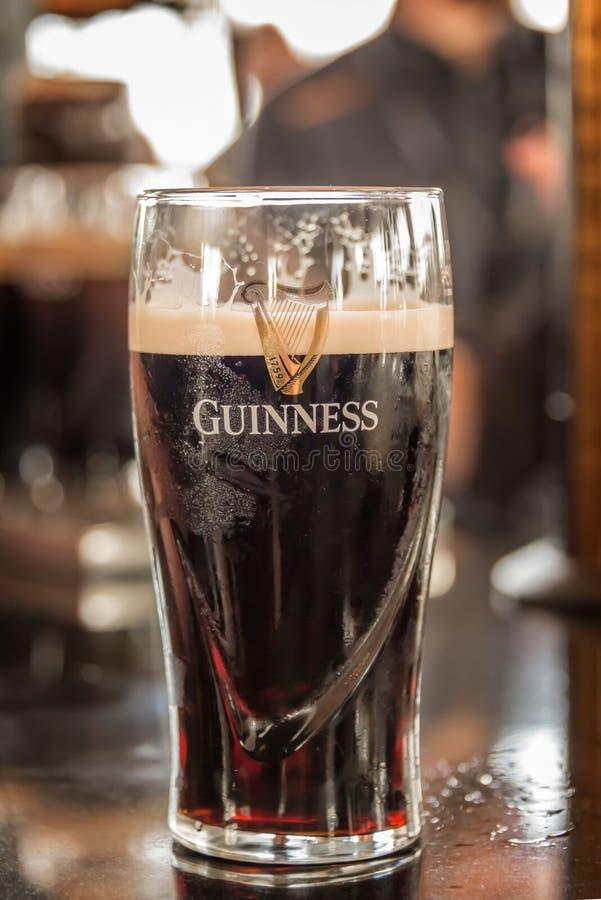 Ciérrese para arriba de un vidrio de cerveza valiente de Guinness en un contador de la barra en Dublin Ireland fotos de archivo libres de regalías