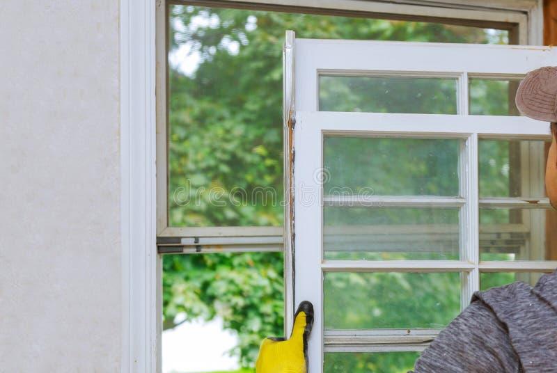 Ciérrese para arriba de un viejo bastidor de ventana de madera que sea reemplazo fotos de archivo libres de regalías