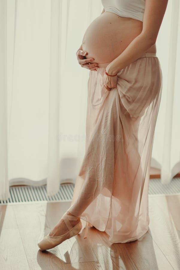 Ciérrese para arriba de un vientre embarazada lindo fotografía de archivo libre de regalías