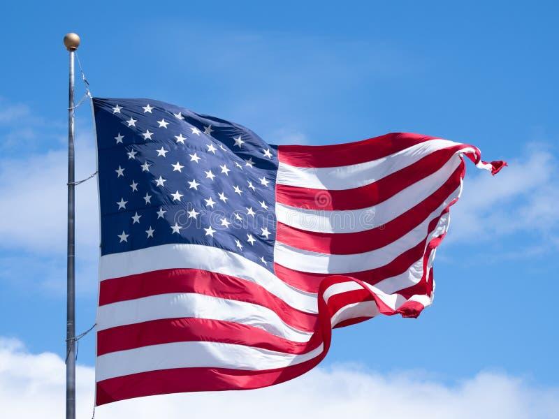 Ci?rrese para arriba de una bandera americana desplegada en Sunny Day foto de archivo