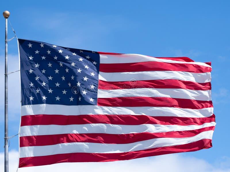 Ci?rrese para arriba de una bandera americana desplegada en Windy Day imagen de archivo libre de regalías