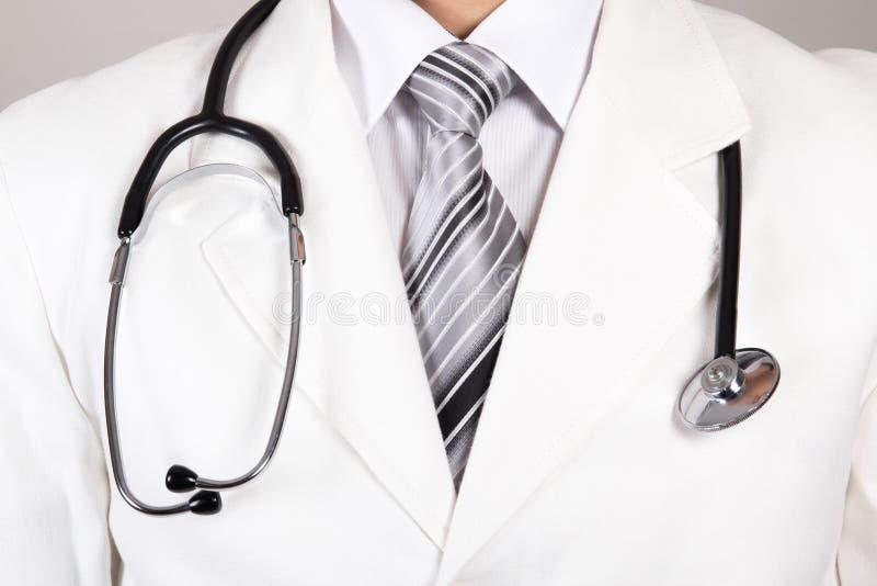 Ciérrese para arriba de una capa y de un estetoscopio blancos de los doctores fotos de archivo