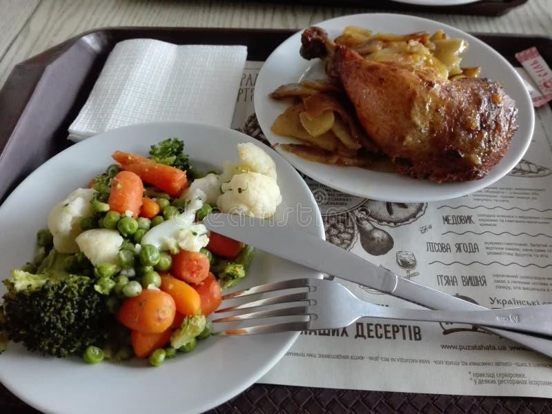 Ciérrese para arriba de una comida ucraniana típica, pollo con las verduras Debajo de la placa, el menú escrito en ucraniano foto de archivo libre de regalías