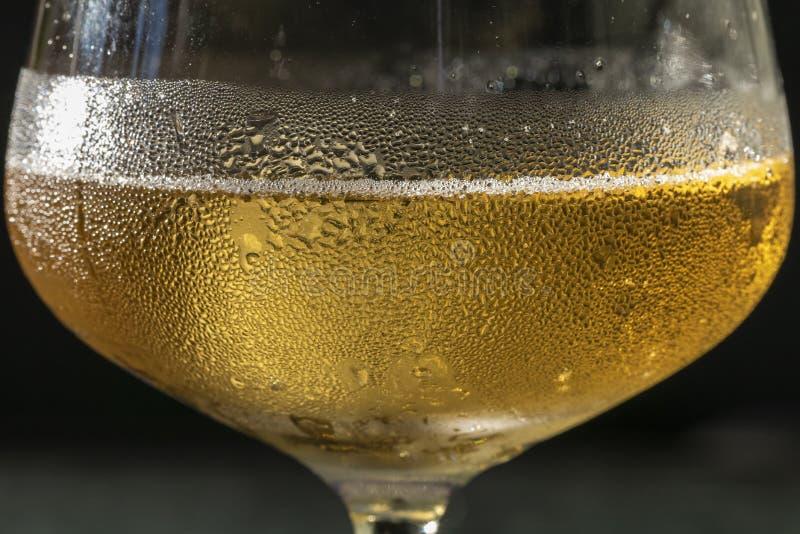 Ciérrese para arriba de una copa de vino con la condensación en ella imagen de archivo libre de regalías