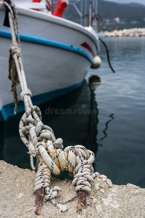 Ciérrese para arriba de una cuerda que sostiene el barco amarrado imágenes de archivo libres de regalías