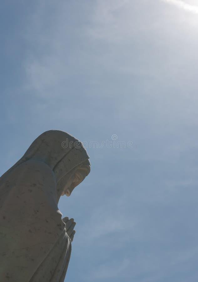Ciérrese para arriba de una estatua de la Virgen María foto de archivo