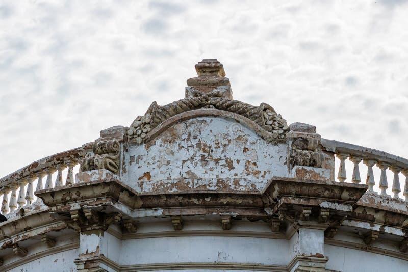 Ciérrese para arriba de una fachada constructiva vieja en Guaymas, México imagen de archivo