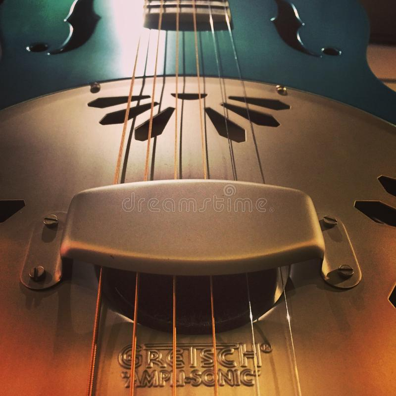 Ciérrese para arriba de una guitarra del dobro fotos de archivo