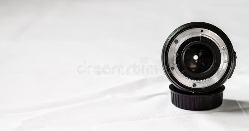 Ciérrese para arriba de una lente de cámara primera contra el fondo blanco Foco selectivo foto de archivo libre de regalías