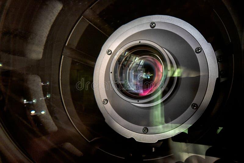 Ciérrese para arriba de una lente de la televisión en un fondo oscuro fotos de archivo