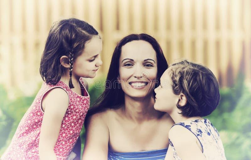 Ciérrese para arriba de una madre y de sus hijas - retras imagen de archivo