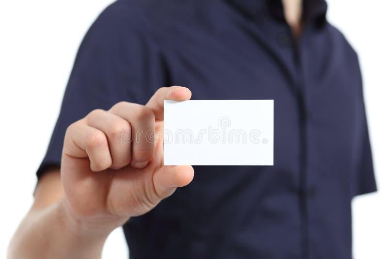 Ciérrese para arriba de una mano del hombre que sostiene una tarjeta en blanco fotos de archivo
