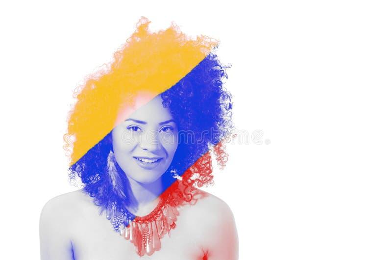 Ciérrese para arriba de una muchacha afroamericana hermosa sonriente con un peinado afro, con la exposición doble od el color del foto de archivo libre de regalías
