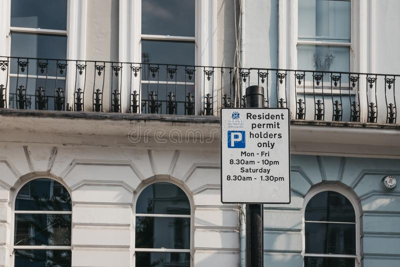 Ciérrese para arriba de una muestra con restricciones que parquean en un st residencial imagen de archivo
