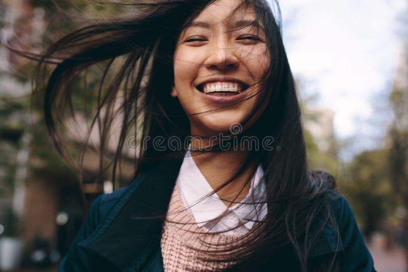 Ciérrese para arriba de una mujer asiática sonriente imagenes de archivo