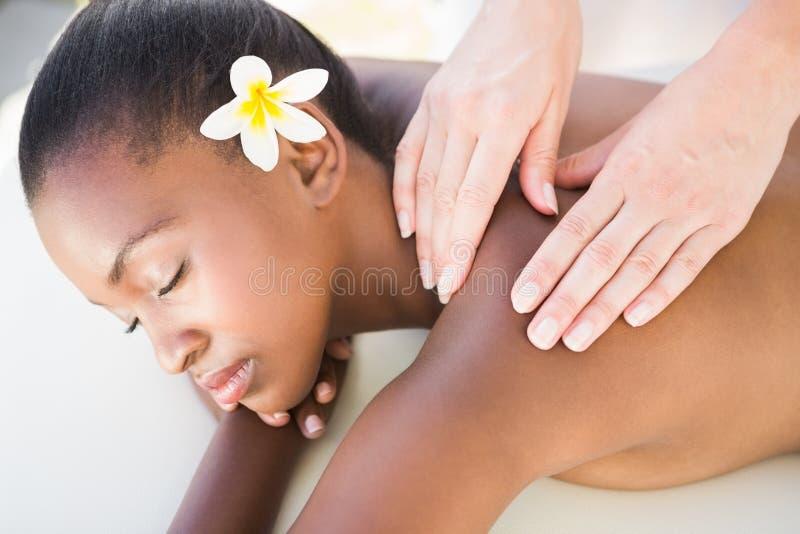 Ciérrese para arriba de una mujer hermosa en la tabla del masaje foto de archivo