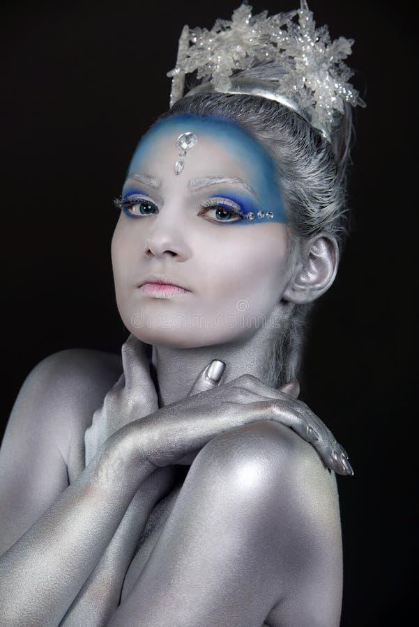 Ciérrese para arriba de una mujer que el llevar creativo compone como reina del hielo fotografía de archivo libre de regalías
