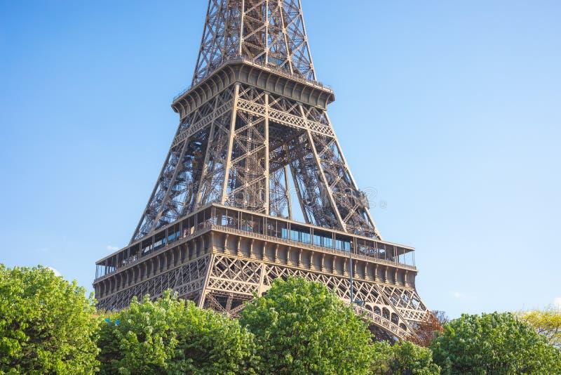 Ciérrese para arriba de una parte de la torre Eiffel contra un cielo azul brillante, París, Francia imágenes de archivo libres de regalías