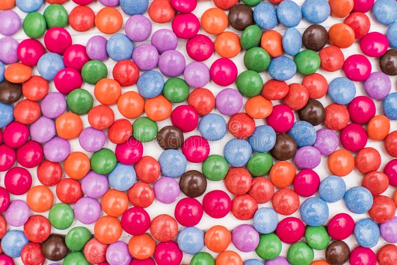 Ciérrese para arriba de una pila de caramelo recubierto de chocolate colorido imagenes de archivo