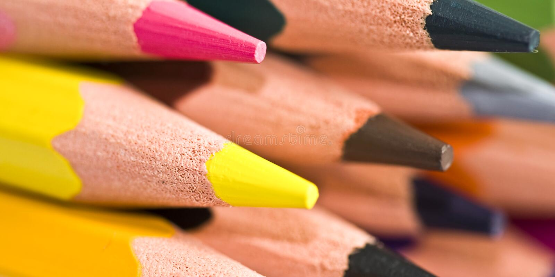 Ciérrese para arriba de una pila de lápices coloridos imagenes de archivo