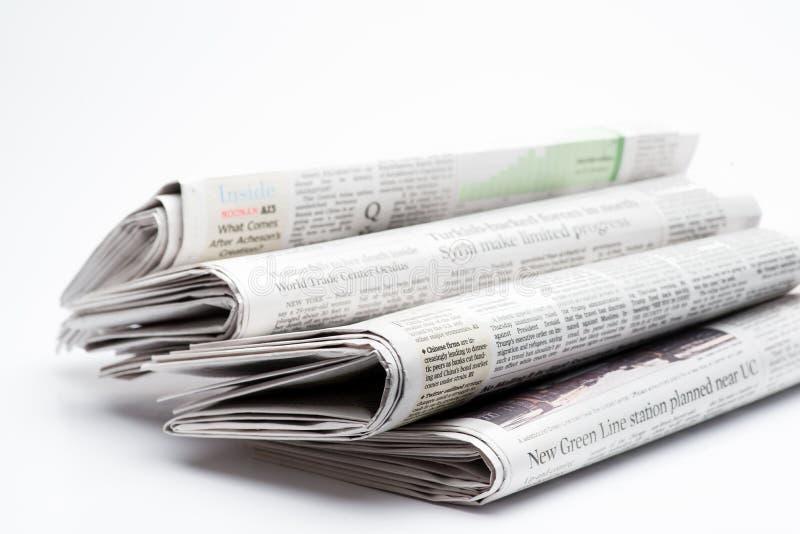 Ciérrese para arriba de una pila de periódicos doblados imagenes de archivo
