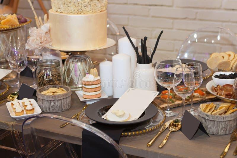 Ciérrese para arriba de una tabla de banquete completamente determinada fotografía de archivo libre de regalías