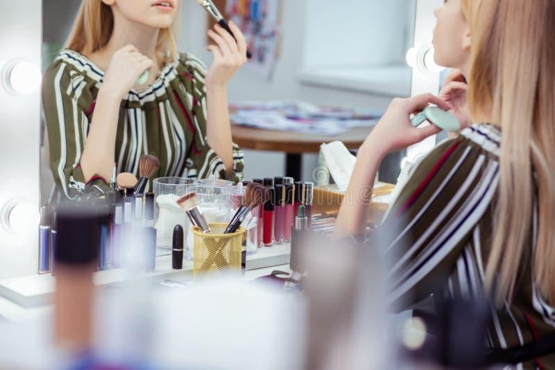 Ciérrese para arriba de una tabla con los cosméticos en ella foto de archivo libre de regalías