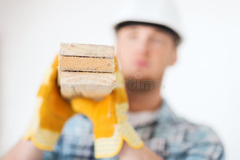 Ciérrese para arriba de varón en los guantes que llevan a los tableros de madera fotografía de archivo
