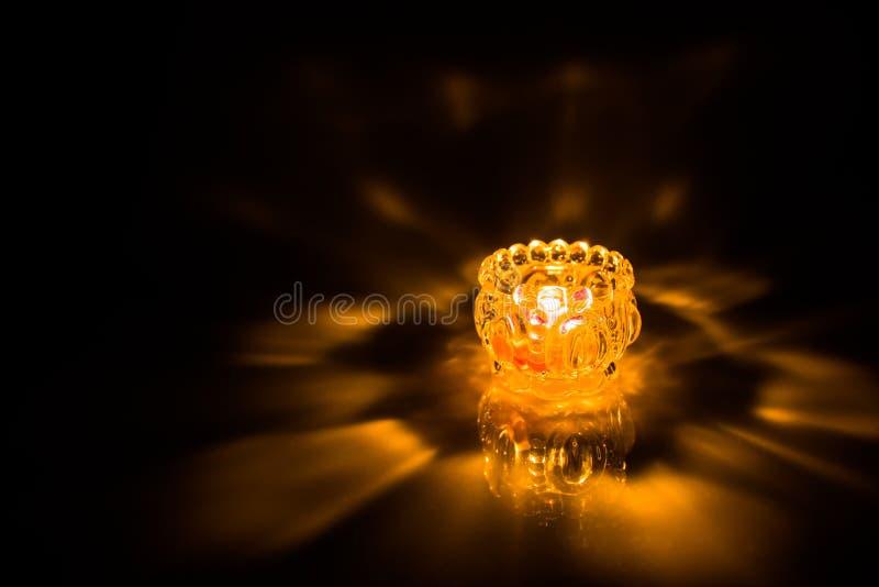 Ciérrese para arriba de vela ardiente del tiro imagenes de archivo