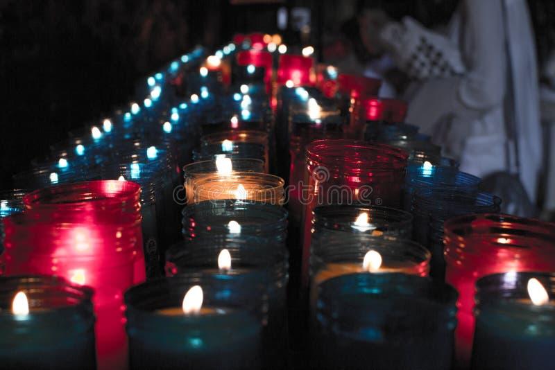 Ciérrese para arriba de velas coloridas en una escena espiritual oscura Conmemoración, entierro, monumento Simbolismo religioso foto de archivo libre de regalías