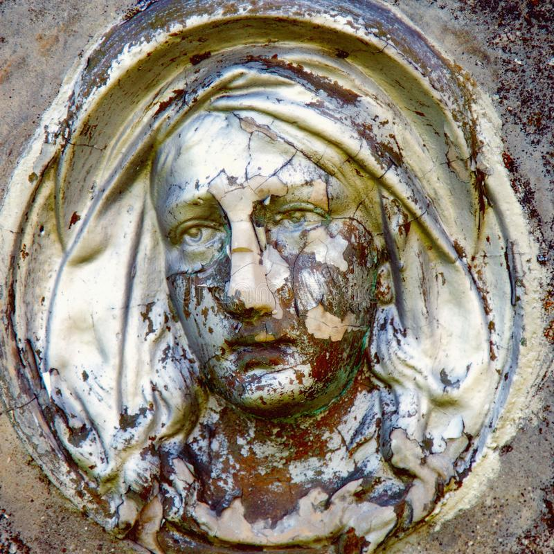Ciérrese para arriba de Virgen María de la estatua Escultura del vintage de la mujer triste i foto de archivo