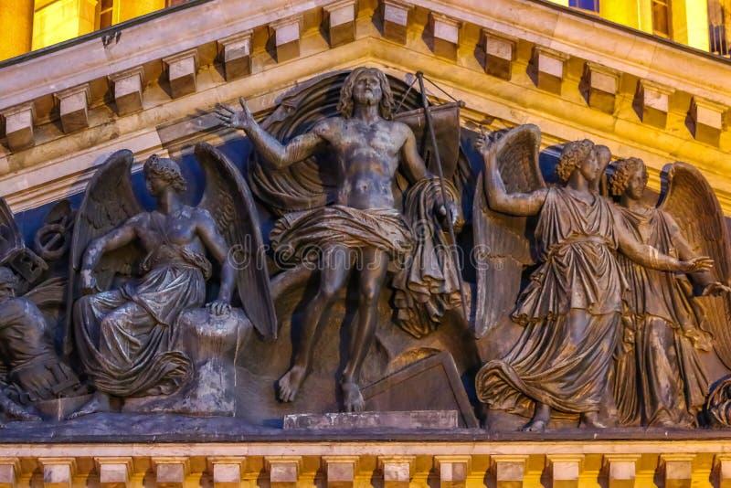 Ciérrese para arriba del alivio con Jesús y de los ángeles en la fachada en del santo Isaac& x27; catedral de s en St Petersburg, imagenes de archivo