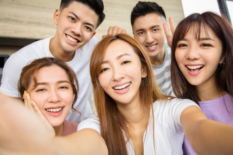 Ciérrese para arriba del amigo emocionado cinco que toma la foto del selfie imagen de archivo libre de regalías